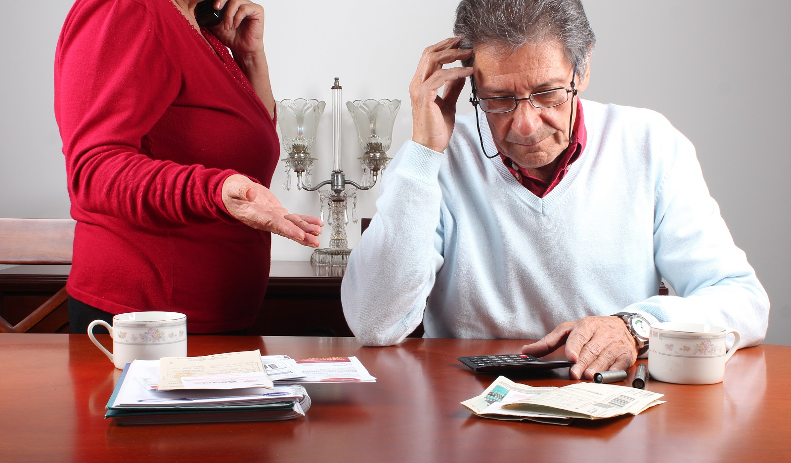 Signs That Your Aging Parents Need Financial Management Help